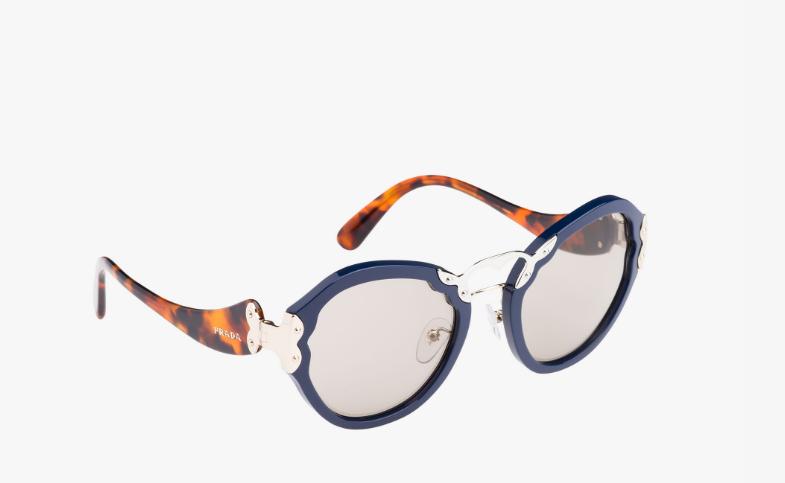 aee3d78953 Con las Prada Wanderer con lentes en color gris arcilla y montura de  mariposa de tamaño extragrande no pasarás desapercibida. El original diseño  de las ...